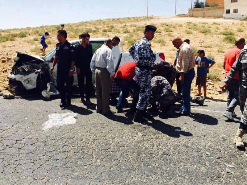 بالصور الدفاع المدني الفلسطيني يتعامل مع حادث سير في الأردن