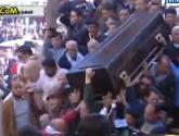 بالفيديو.. سقوط نعش فاتن حمامة خلال تشييع جثمانها