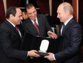 """في زيارته """"التاريخية"""" لمصر.. بوتين يهدي السيسي """"كلاشينكوف"""""""