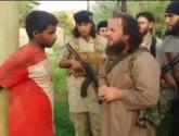 """بالفيديو: داعش يعدم شابا سوريا بقذيفة """"ار بي جي"""""""