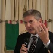 فيديو| وزير إيطالي يصفع صحفياً على الهواء