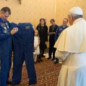 بدلة فضاء .. هدية لبابا الفاتيكان