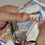 العملات تواصل انخفاضها