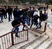 اعادة كسر البوابة التي يغلق بها الاحتلال باب الرحمة بالأقصى