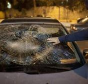 مستوطنون يهاجمون سيارة المواطن إياد بركات شرق الخليل