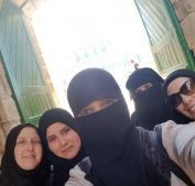 الاحتلال يعتقل 6 مقدسيات أثناء خروجهن من المسجد الأقصى ويستدعي أخرى