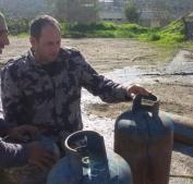 الدفاع المدني يتلف إسطوانات غاز شرق قلقيلية