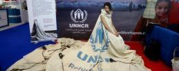 """عارضة أزياء عالمية ترتدي """"خيمة للاجئين السوريين"""""""
