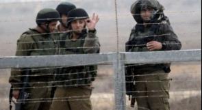 قوات الاحتلال توزع منشورات 'تهديدية' في إذنا بالخليل