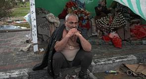 عائلة في غزة بلا مأوى .. تتخذ الرصيف بيتاً