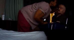فيديو| تعنيف ممرضة لعجوز لبناني مريض تثير ضجة في اميركا