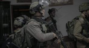 الخليل تحت مطرقة الاحتلال فجراً.. تفتيش منازل ونصب حواجز