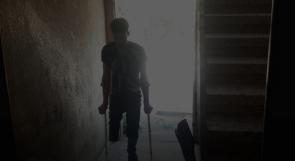 طرف مفقود وراتب مقطوع يزيدان معاناة الجريح النجار من غزة