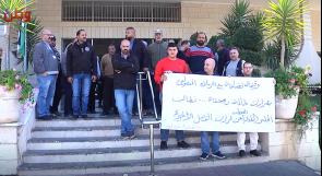 نقابة العاملين في بلدية البيرة تعتصم احتجاجا على فصل 3 موظفين، والبلدية لوطن : الفصل على خلفية سوء إدارة