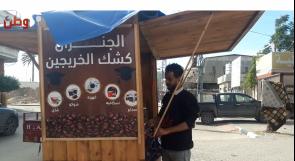"""""""كشك الخريجين"""".. حين يعلق شباب غزة شهاداتهم على بسطات القهوة"""