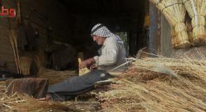 المسن دويكات.. أقدم صانعي مكانس القش في نابلس