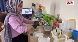"""هبة شنان فنانة تشكيلية تصنع الهدايا من """"الريزون"""""""