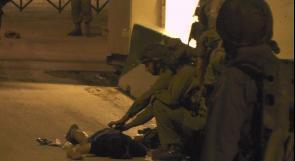 بالصور..الاحتلال يصيب شابا بالرصاص الحي ويعتقله ويعتدي على شابين عقب اعتقالهما في الخليل