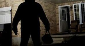 ثلاثة أشخاص يسرقون خزنة نقود بمساعدة امرأة في طولكرم