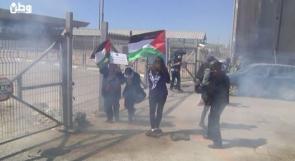 الاحتلال يقمع مسيرة بمناسبة يوم المرأة على حاجز قلنديا