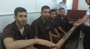 الصحفيون علاء الريماوي ومحمد علوان وحسني انجاص وقتيبة حمدان خلال جلسة محاكمة في عوفر