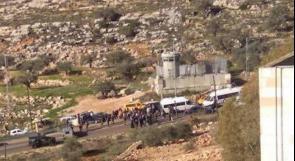 """مواطنون يغلقون طريقا أمام المستوطنين رفضا لإغلاق طريق """"العنب"""""""