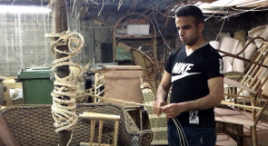 الكفيف أبو داوود تغلب على البطالة بالخيزران