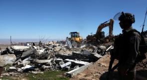 جيش الاحتلال يهدم منزلين ويخطر 12 منشأة بالهدم في الخليل