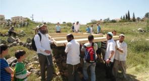 مستوطنون يتجولون بمناطق أثرية في دورا جنوب الخليل