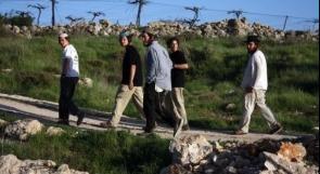 مستوطنون يهاجمون مركبات المواطنين قرب اللبن الشرقية