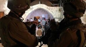 إصابة خمسة مواطنين وصحفي في اقتحام المستوطنين لمقام يوسف