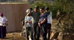 مستوطنون يحرقون أراضي زراعية جنوب نابلس ويسرقون أغنام مواطن من جنين