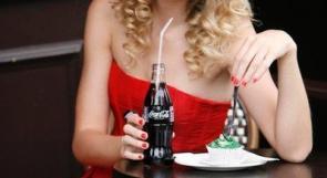 """فتاة بريطانية تدخل المستشفى بسبب ولعها بال """"كوكا كولا"""""""