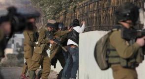 الاحتلال يعتقل مواطنين ويحتجز أطفالهما غرب جنين