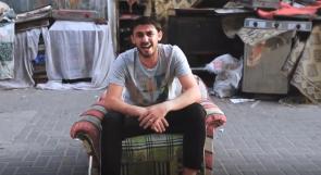 حسام خلف.. فنان كوميدي يعيد صياغة الأغاني الشهيرة بلسانٍ غزيّ
