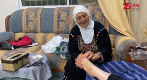 """المسنة """"حميدة"""" الرجوب.. وهبت حياتها للتطوع بتجبير الكسور ومعالجة الحروق معتمدة على الطب العربي"""