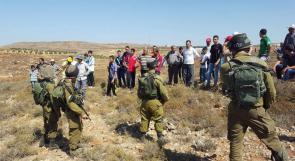 الاحتلال يخطر مجموعة من المزارعين بوقف العمل في أراضيهم جنوب بيت لحم
