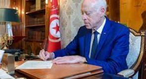 الرئيس التونسي يعلن تجميد عمل البرلمان ورفع الحصانة عن النواب