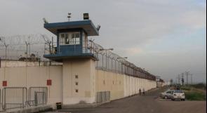 """إدارة معتقل """"عسقلان"""" تفرض إجراءات تعسفية جديدة بحق الأسرى"""