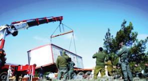 """الاحتلال يزيل كرفانات استيطانية من معسكر """"المجنونة"""" جنوب الخليل"""
