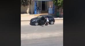 """فيديو: نزلت من سيارتها لترقص """"كيكي"""".. فنشلوا حقيبتها"""