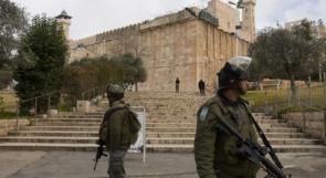 مستوطنون يرفعون علم الاحتلال على جدران المسجد الابراهيمي في الخليل