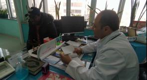 الطبيب قاعود.. يتنقل من بيت إلى آخر في غزة ويعالج مرضاه مجانا منذ بداية الجائحة