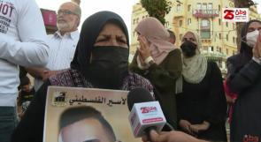 خلال وقفة إسناد للأسرى.. والدة الأسير الفسفوس تعلن إضرابها عن الطعام