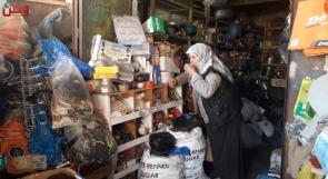 تنام في محل لبيع الخردة منذ 35 عاما.. المسنة أبو عاصي تكافح لتأمين لقمة عيشها