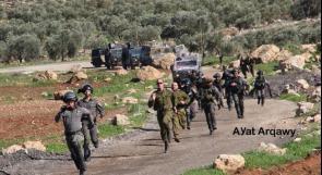جنود الاحتلال لحظة محاولة اعتقال شاب في قرية المغير شرق رام الله