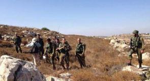 قوات الاحتلال تعتدي على مزارعي حلحول وبيت أمر وتستولي على منتجاتهم