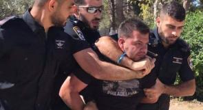 بظلام المحتل وصمود الثائر.. لحظة اعتقال الاحتلال لأحد المرابطين في الأقصى