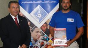 دراج فلسطيني يقطع 22 دولة دعما لبناء مركز لعلاج سرطان الأطفال