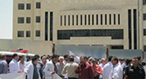 بالفيديو... بعد استقالة  870 طبيبا ، فياض يرضخ لمطالب الأطباء
